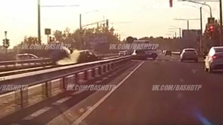 Легковушка подрезала микроавтобус: момент ДТП в Уфе попал на видео