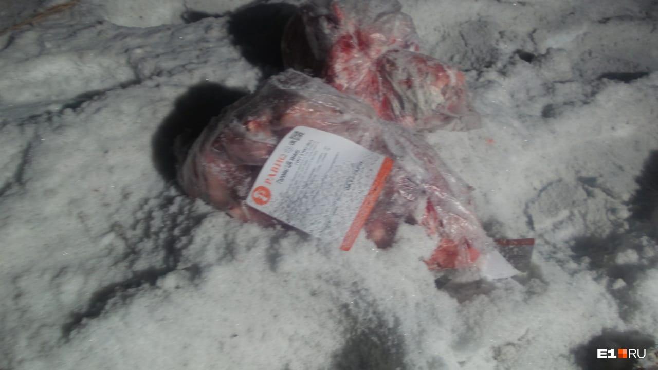Из «газели»на дорогу высыпалось замороженное мясо
