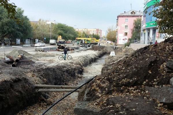 Так выглядит улица Тюмени в районе ТЦ «Амбар» на Полевой, 18. После 19 сентября рабочие, по словам читателей, начали укладывать трубы, что лежали на дороге