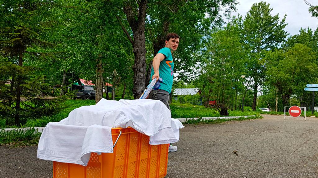 Собрать и отвезти в прачечную грязное белье, оттуда привезти чистое. Повторить то же самое несколько раз