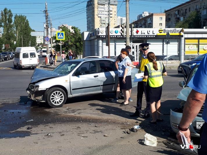 В центре Волгограда произошло ДТП с участием нескольких машин: есть пострадавшие - фото, фото-5