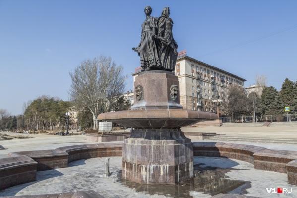 Прошлой осенью фонтан в центре Волгограда еще ждал ремонта