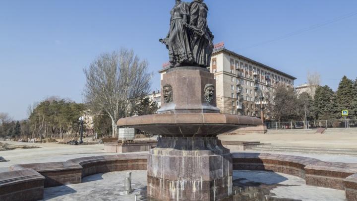 В Волгограде «уснувший» фонтан «Искусство» огородили забором