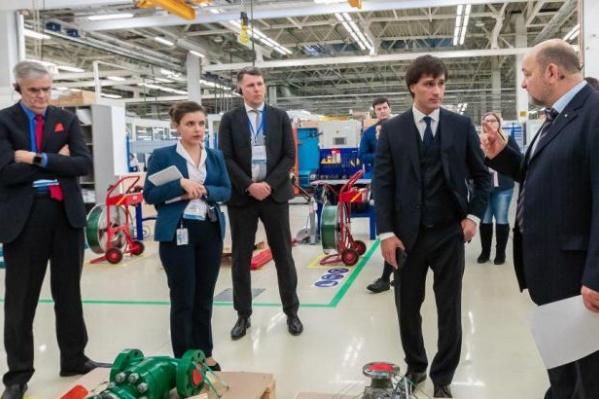 Глава американской корпорации Майкл Трейн с интересом рассматривал продукцию, сделанную в Челябинске