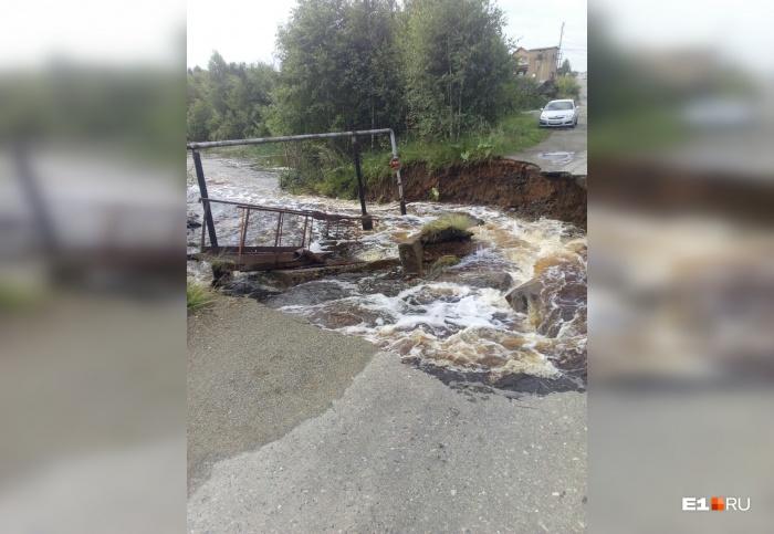 Мост рухнул в реку