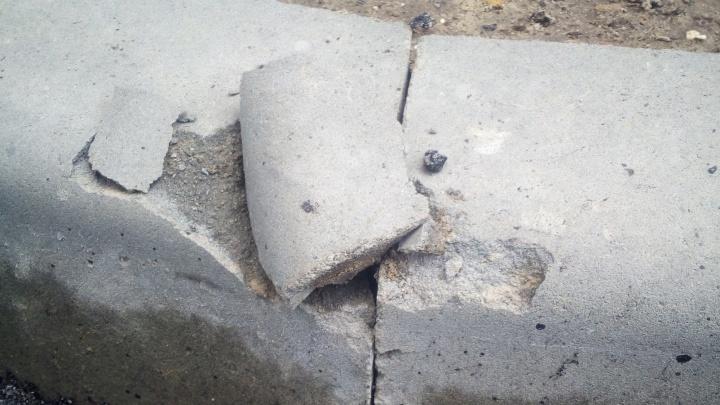«Они ставят декоративные бордюры»: пешеходная дорожка во дворе Волгограда рушится до конца ремонта