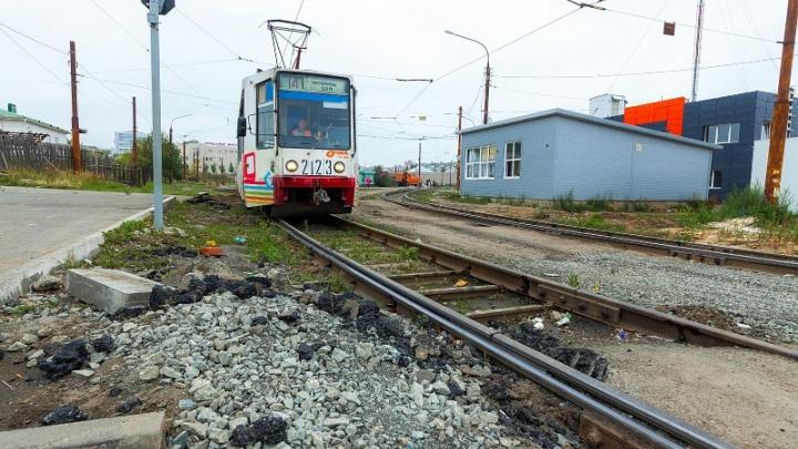 «Застряли рабочие и садоводы»: движение трамваев на ЧМЗ закрыли из-за схода вагона