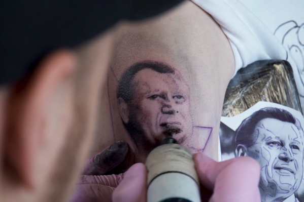 Сибирячка решила сделать тату, потому что ей нравится Анатолий Локоть и она считает его классным