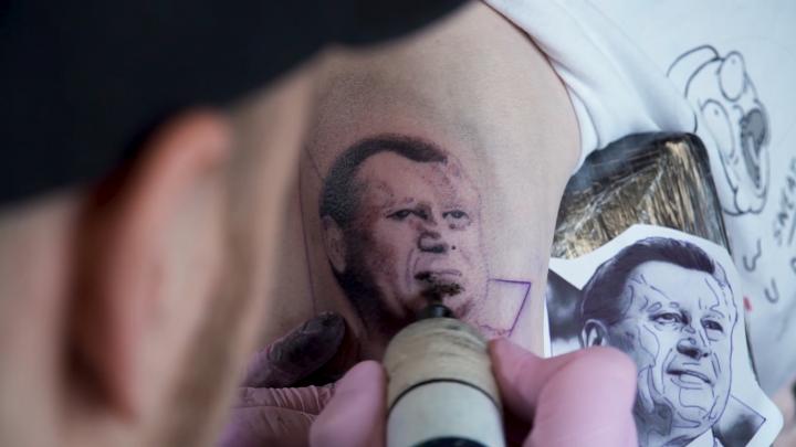 Больше чем на 5 лет: сибирячка набила на плече портрет мэра Локтя