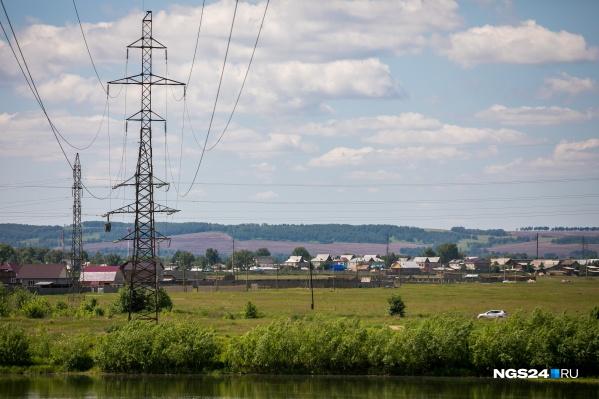 Рабочего отправили ремонтировать линию, не убедившись в отключении электричества
