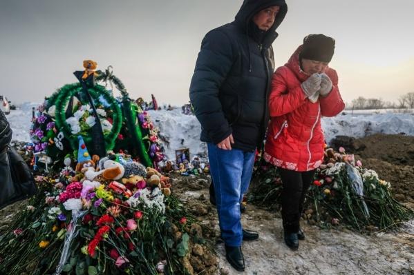 Людмила Кузьмина (на фото справа) отсудила у коммунальщиков 3 миллиона рублей и собирается поставить памятники на могилах своих сыновей
