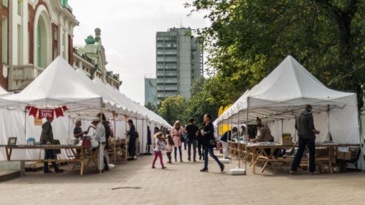 За краеведческим музеем поставили 50 белых шатров-магазинов