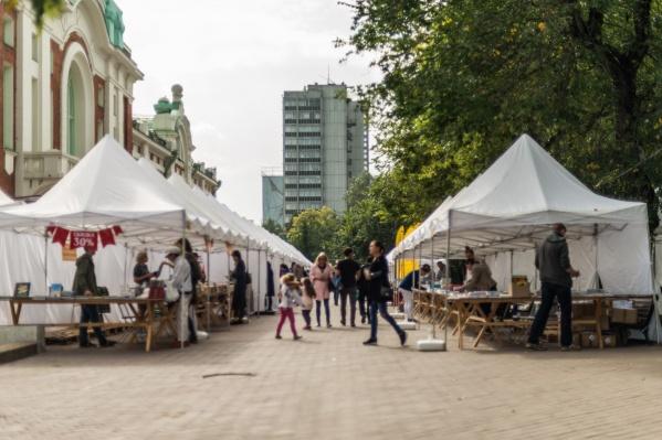 В Первомайском сквере установили более 50 шатров, в которых продают недорогие книги