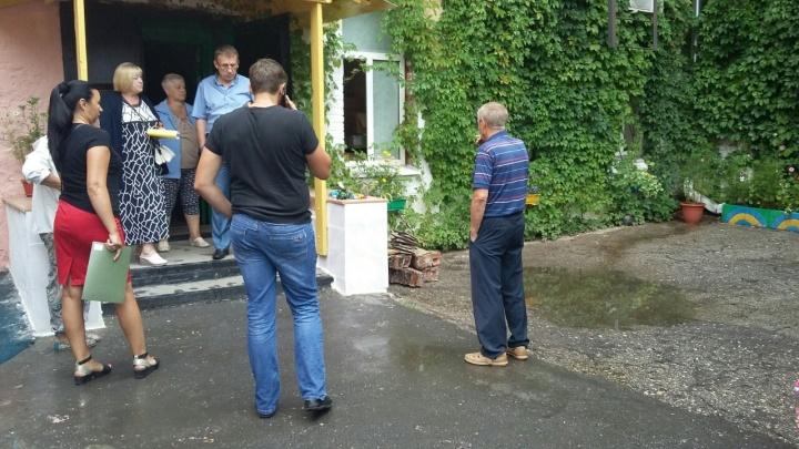 Во дворе на Куйбышева асфальт провалился из-за прорыва канализации