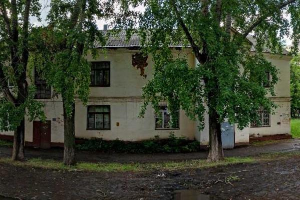 По словам рабочих, крышу в доме на улице Ивана Франко скоро залатают