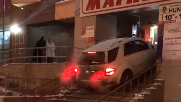 Отметил старый Новый год: автомобилист на Mercedes попытался заехать в популярный челябинский бар