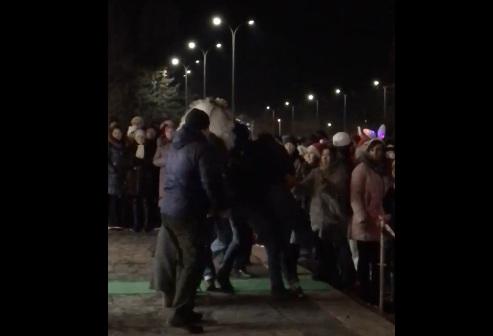 Волжанин в новогоднюю ночь устроил драку с Дедом Морозом