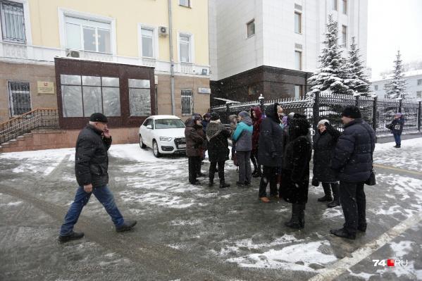 Группа дольщиков из 20 человек, несмотря на непогоду, пришла к зданию правительства