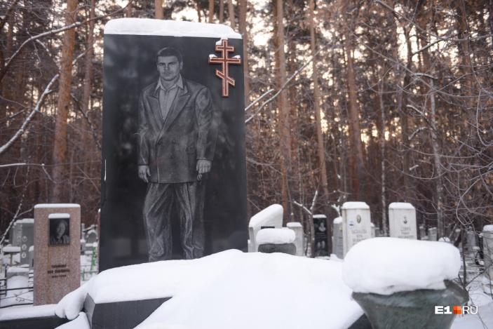 «Аллея 90-х» начинается памятником Михаилу Кучину. В руке у него ключи от модного в то время мерседеса