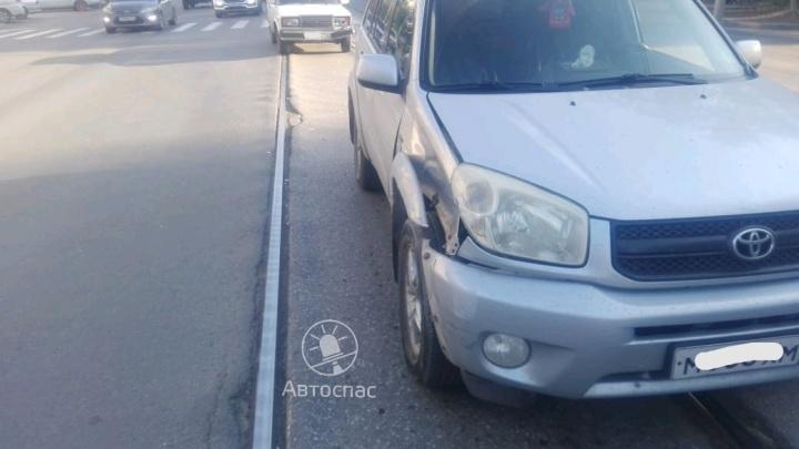 Авария парализовала движение трамваев на Сибиряков-Гвардейцев