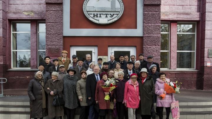 Вечно молодые: первые выпускники НЭТИ встретились через 60 лет после вручения дипломов