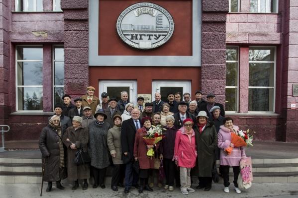 Выпускники 1958-го и 1959 года вместе спрезидентом Ассоциации выпускников НГТУ Владимиром Пономарёвым