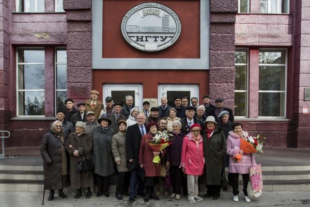 Выпускники 1958-го и 1959 года вместе с президентом Ассоциации выпускников НГТУ Владимиром Пономарёвым