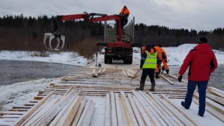 В Вельском районе отремонтировали разрушенный льдом мост