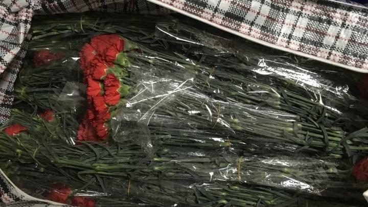 На таможне в Кольцово поймали пассажира, который нес в баулах две тысячи гвоздик