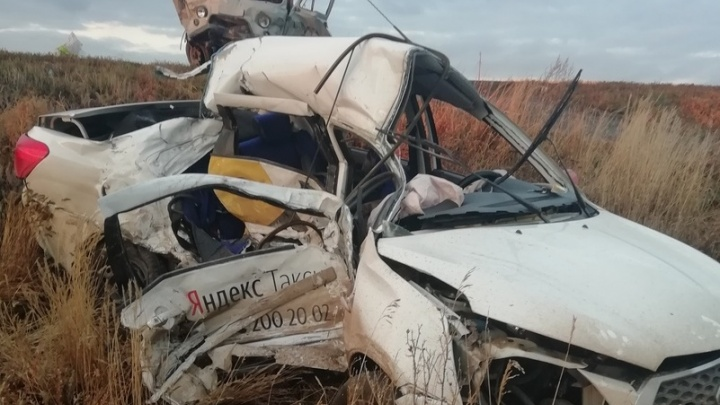 От машины мало что осталось: под Самарой в ДТП погиб водитель такси