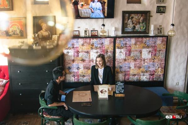 Для первого свидания парочки часто выбирают уютные кафе и ресторанчики