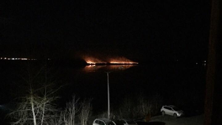 Жителей Закамска напугал пожар сухой травы на другом берегу Камы