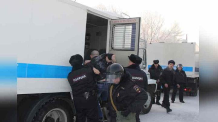 «Жгли матрасы и били камеры»: мигранты разгромили центр временного содержания под Красноярском
