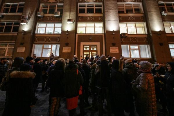 Активисты собрались у здания мэрии около 18 часов