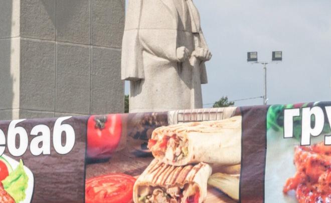 «Работаем по договору»: киоск с шаурмой возле памятника Курчатову открыли вопреки запретам властей