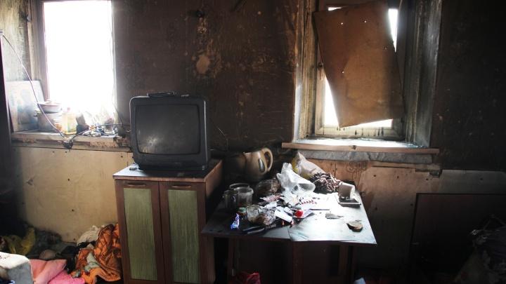 Женщина с ребёнком приехала за сутки до пожара: репортаж из дома на Барнаульской, где погибла семья