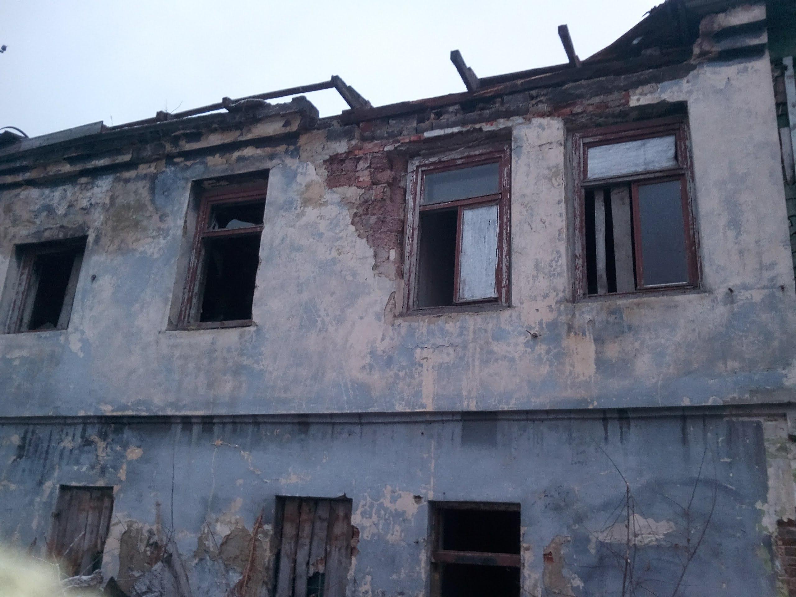 Долгое время здание простояло без крыши