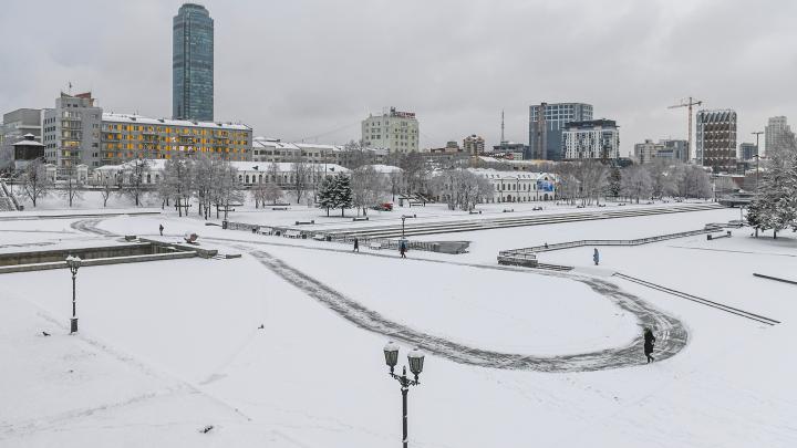 Екатеринбург засыпало снегом: мы собирали фотографии города и информацию о ДТП в режиме онлайн