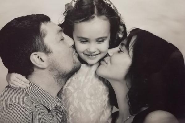 Погибший Максим вместе со своей дочкой Лизой и женой Татьяной