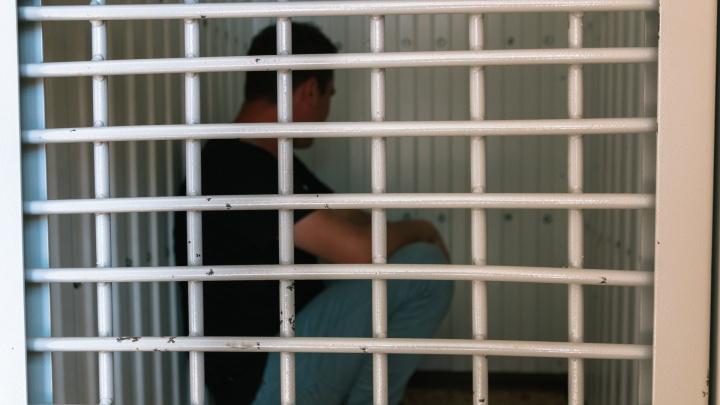 В Самаре осудили бывшего надзирателя, который попытался пронести в СИЗО наркотики и сотовые телефоны