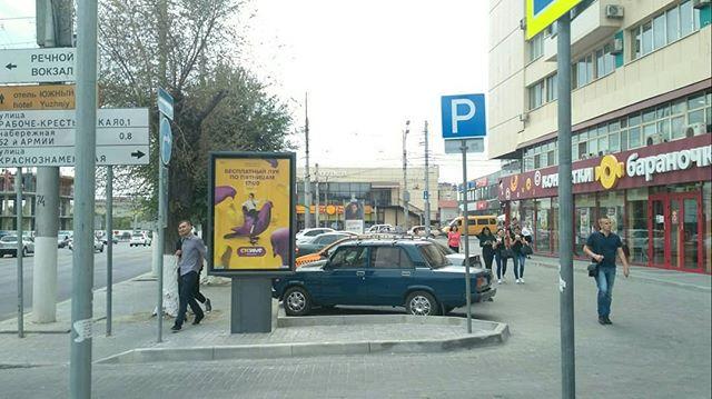 «Дорожникам плевать»: тротуар в центре Волгограда отдали под парковку
