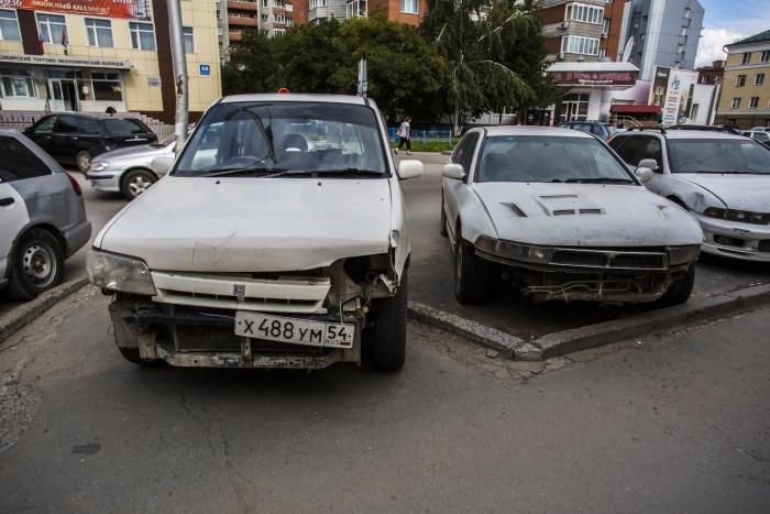 Битые и ржавые машины стоят в этом месте месяцами