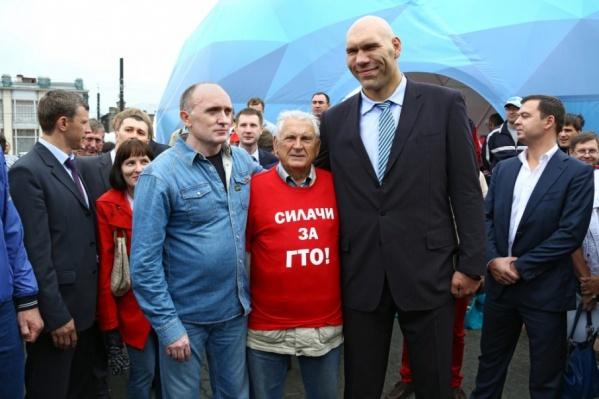 Вместе с губернатором Борисом Дубровским Николай Валуев вручал золотые значки ГТО