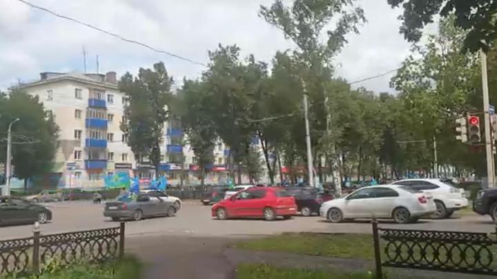 На видео сняли, как колонна ВДВ проигнорировала светофор и заблокировала дорогу в Башкирии