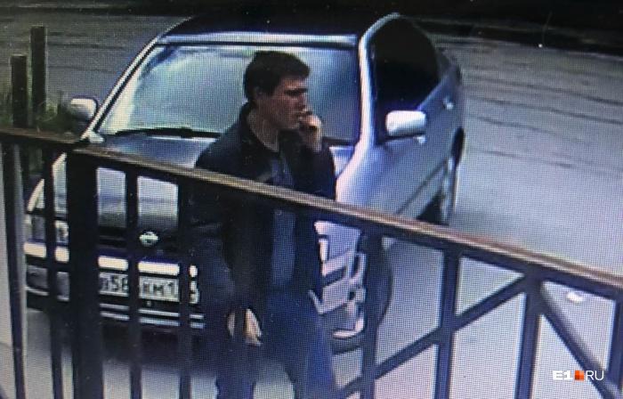 За несколько минут до нападения мужчина попал в объективы камер видеонаблюдения