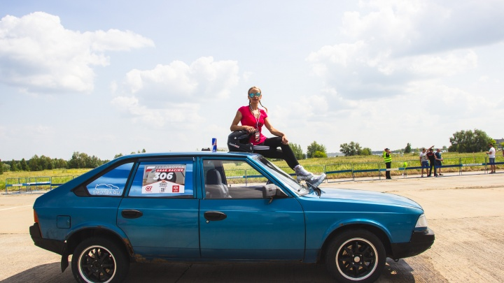 В гонках на Омск-Фёдоровке участвовала единственная девушка. Она работает товароведом