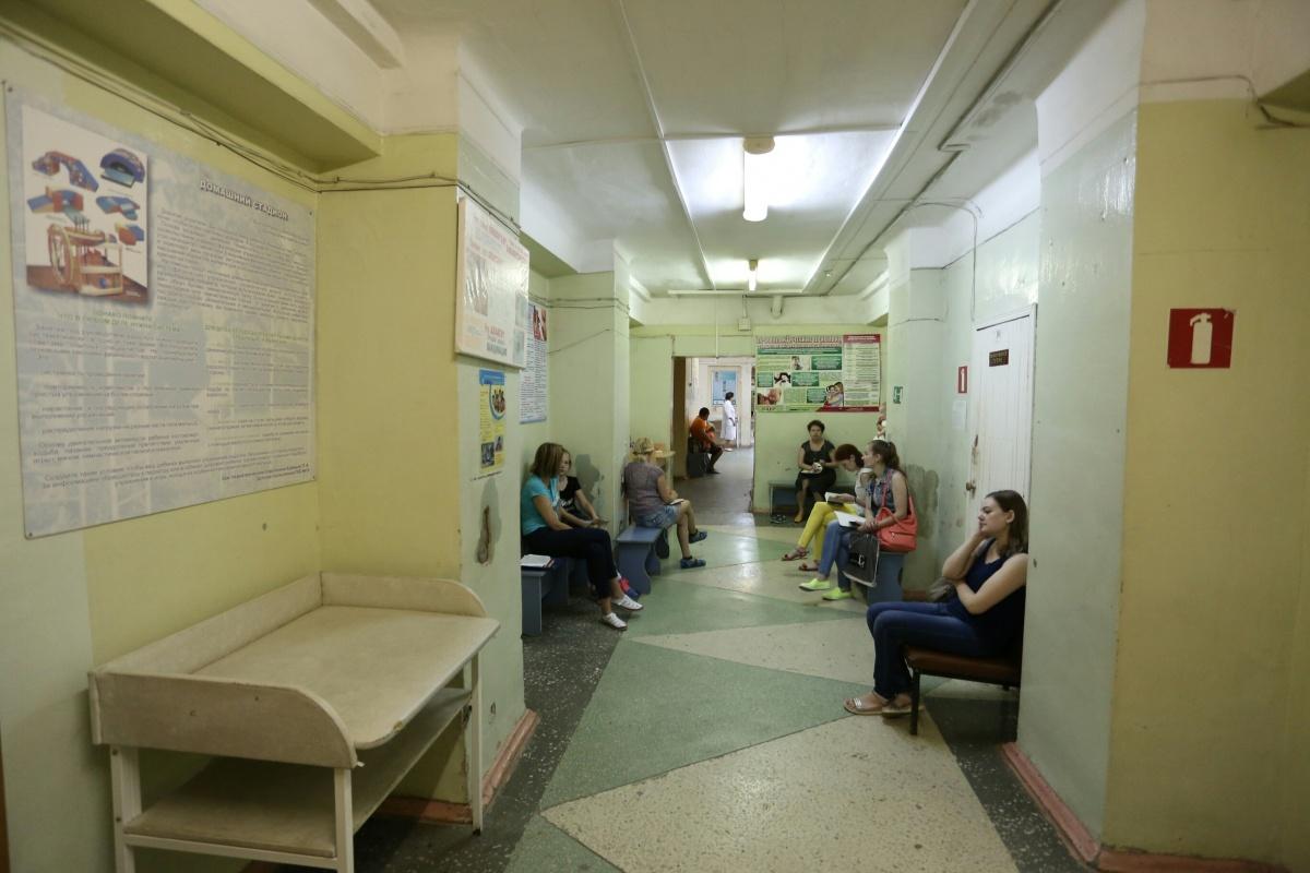 Посетители детской поликлиники регулярно жалуются на духоту и обшарпанные стены