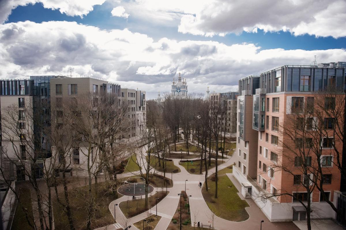 Смольный парк поразил гостей стеклянным видовым лифтом и панорамой из окон квартиры на Смольный собор