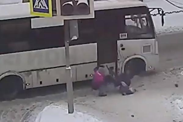 Водитель маршрутки пытался проскочить на красный