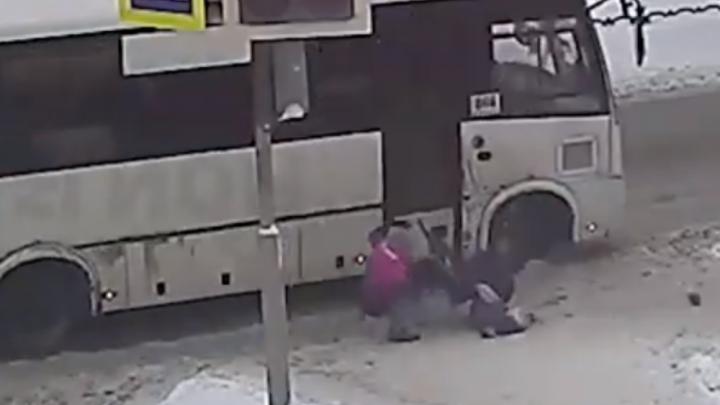 Ребёнка увезли в больницу: в Ярославле 57-летний маршрутчик сбил маму с санками. Видео
